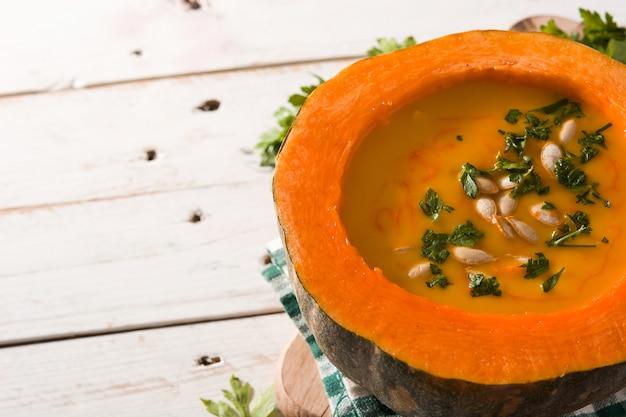 Soupe De Potiron Et Carotte Sur Une Table En Bois. Photo Premium