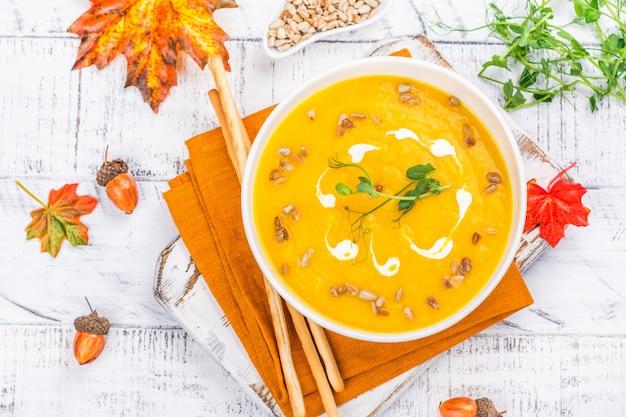 Soupe de potiron sur fond d'automne Photo Premium
