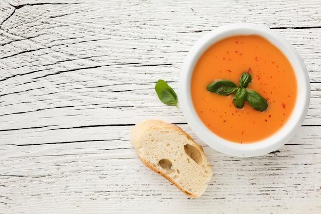 Soupe De Potiron Plate Avec Pain Photo gratuit