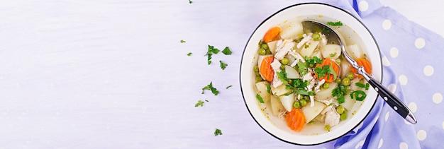 Soupe De Poulet Aux Petits Pois, Carottes Et Pommes De Terre Dans Un Bol Blanc Photo gratuit