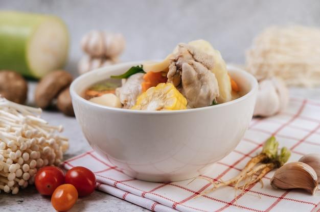 Soupe De Poulet Avec Maïs, Champignons Shiitake, Champignons Enoki Et Carottes. Photo gratuit