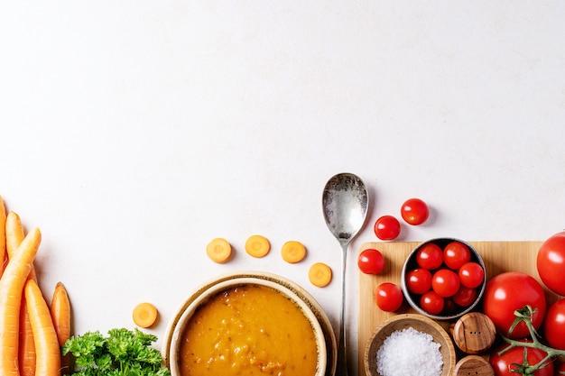 Soupe de purée de carottes, fond vue de dessus Photo Premium