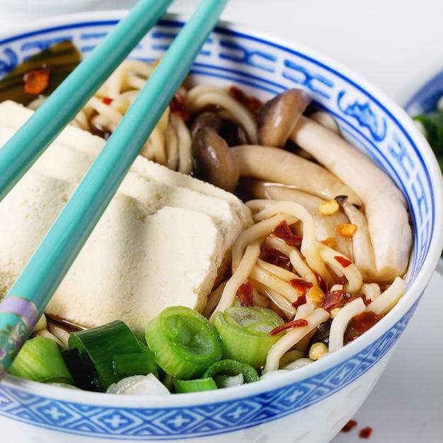 Soupe Ramen Asiatique Au Fromage Feta Photo Premium