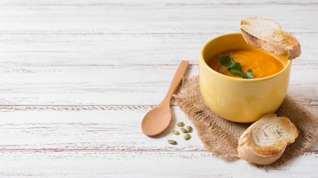 Soupe Savoureuse à La Crème De Potiron Avec Espace Copie Photo gratuit