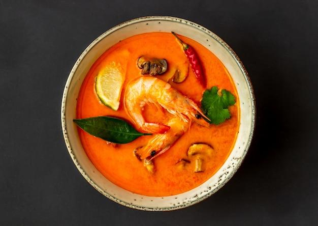 Soupe De Tom Yum. La Cuisine Thai. Alimentation équilibrée. Recettes. Photo Premium