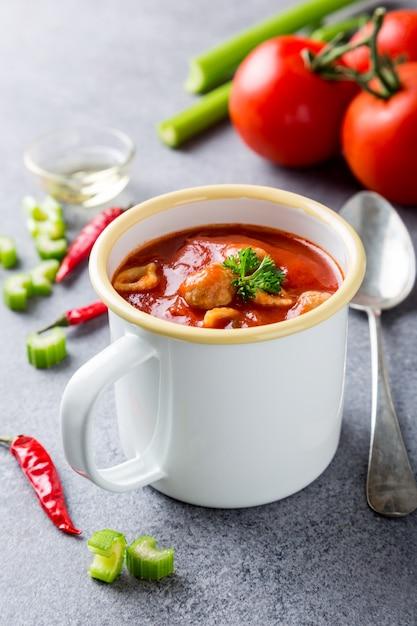Soupe de tomate maison Photo Premium
