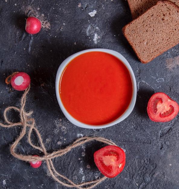 Soupe de tomates rouges dans un bol blanc Photo gratuit