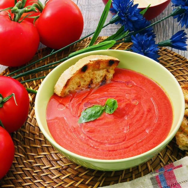 Soupe De Tomates Traditionnelle Aux Ingrédients Bio Photo Premium