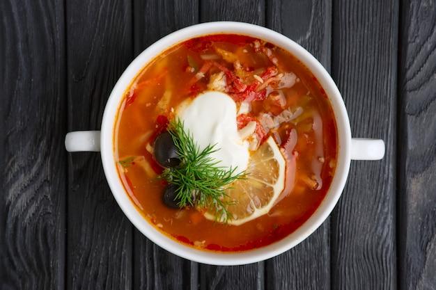 Soupe traditionnelle biélorusse solyanka Photo Premium