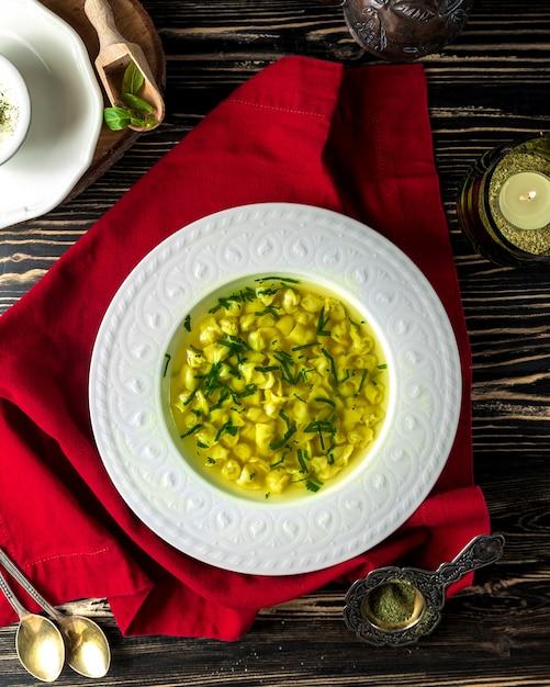 Soupe traditionnelle dushbara avec verdure Photo gratuit