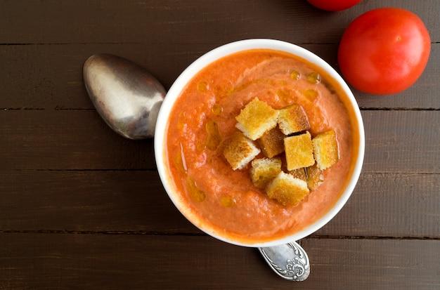 Soupe traditionnelle de gaspacho froid. cuisine espagnole et méditerranéenne. Photo Premium
