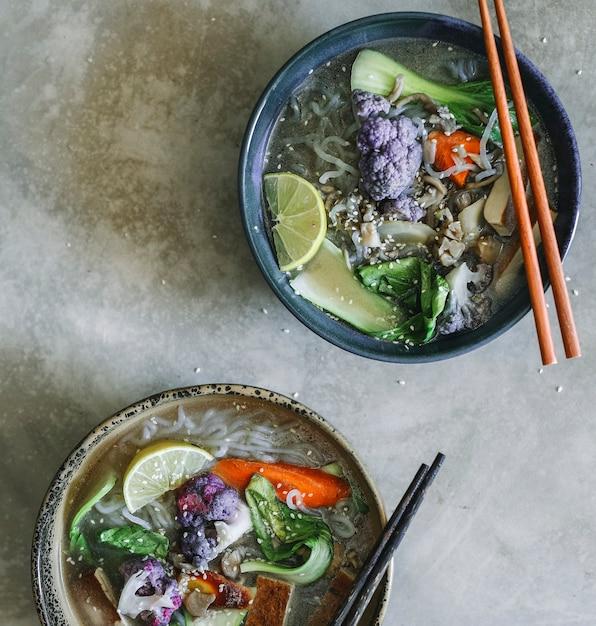 Soupe végétalienne aux nouilles avec idée de recette de photographie de nourriture de tofu Photo gratuit
