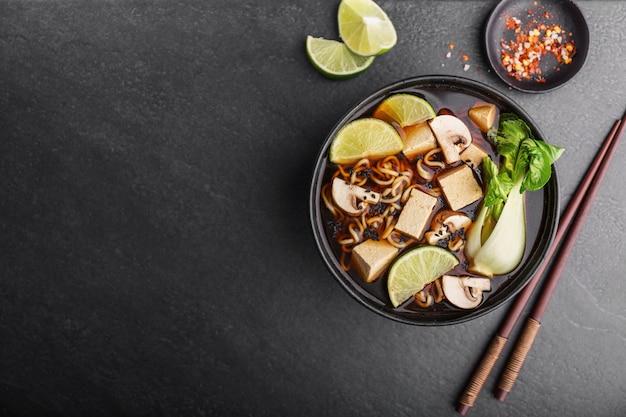 Soupe végétarienne asiatique au tofu servie dans un bol Photo Premium