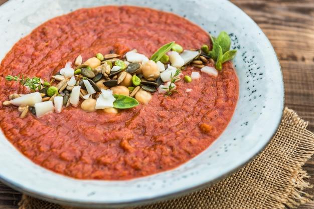 Soupe végétarienne aux tomates, au brocoli et aux pois chiches detox Photo Premium