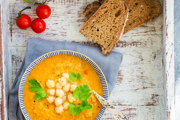 Soupe végétarienne de carottes, tomates, brocolis et pois chiches Photo Premium