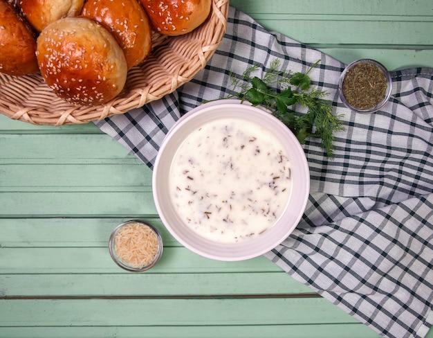 Soupe yayla caucasienne avec des petits pains. Photo gratuit