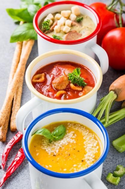 Soupes Assorties Maison Avec Des Ingrédients Photo Premium