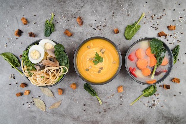 Soupes Et Ingrédients Sur La Table De La Cuisine à Plat Photo gratuit