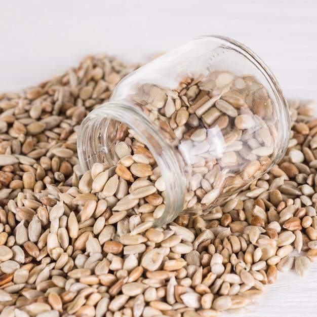 Source D'albumine Protéique. Nourriture Végétarienne, Concepts Alimentaires écologiques. Graines De Tournesol Collation Saine En Pot. Photo Premium