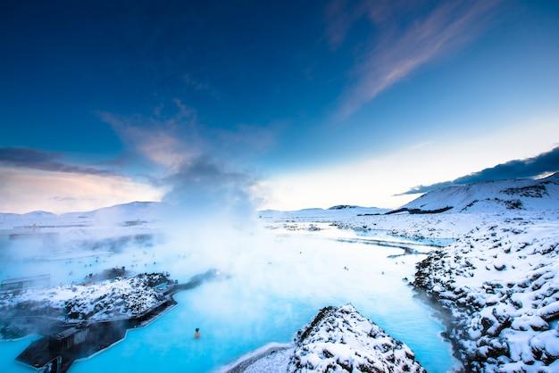 Source thermale du lagon bleu en islande Photo Premium