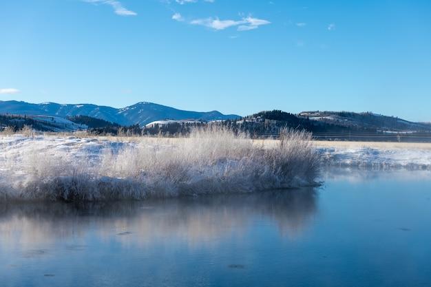 Sources Chaudes Avec Neige Et Froid Dans Le Parc National De Grand Teton, Wyoming Photo Premium