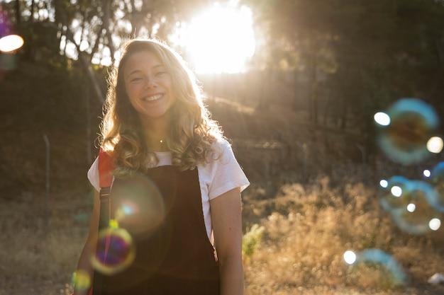 Souriant adolescente dans le parc Photo gratuit
