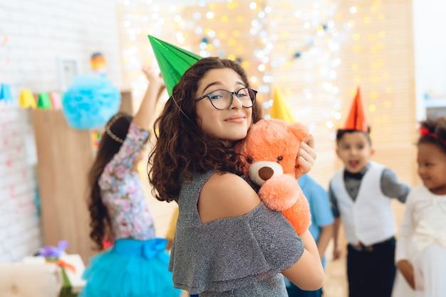 Souriant belle fille au chapeau vert de fête. Photo Premium