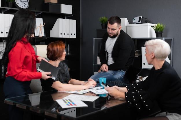 Souriant employés discutant en milieu de travail Photo Premium