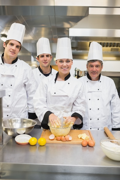 Souriant étudiants En Cuisine Avec Professeur De Pâtisserie Photo Premium
