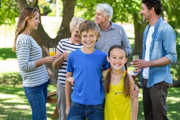 Souriant famille debout Photo Premium