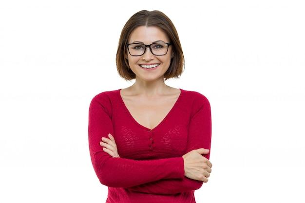 Souriant femme d'âge moyen avec les bras croisés sur b blanc Photo Premium