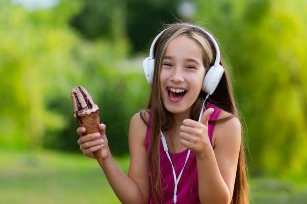 Souriant fille tenant un cornet de crème glacée Photo gratuit