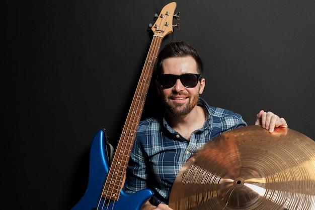 Souriant guitariste à cymbale Photo gratuit