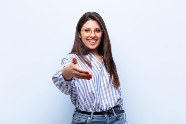 Souriant, Heureux, Confiant Et Amical, Offrant Une Poignée De Main Pour Conclure Un Accord, Coopérant Photo Premium
