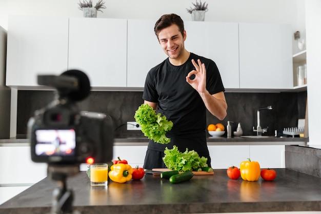 Souriant Jeune Homme Filmant Son épisode De Blog Vidéo Photo gratuit