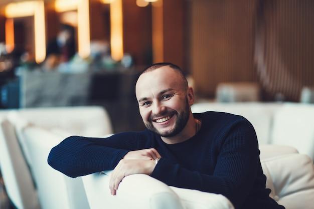 Souriant jeune homme mal rasé Photo Premium