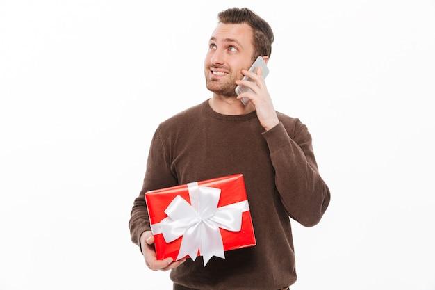 Souriant Jeune Homme Parlant Par Téléphone. Photo gratuit