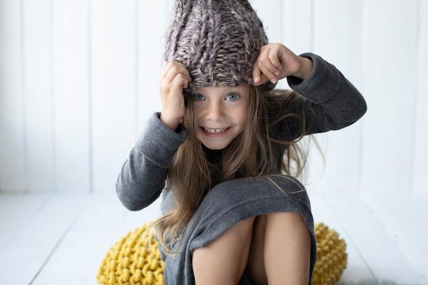 Souriant petite fille regardant photographe Photo gratuit