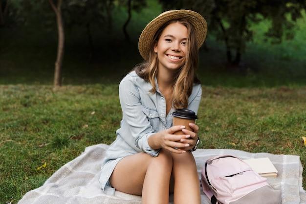 Souriante Jeune Adolescente Avec Sac à Dos Assis Photo Premium