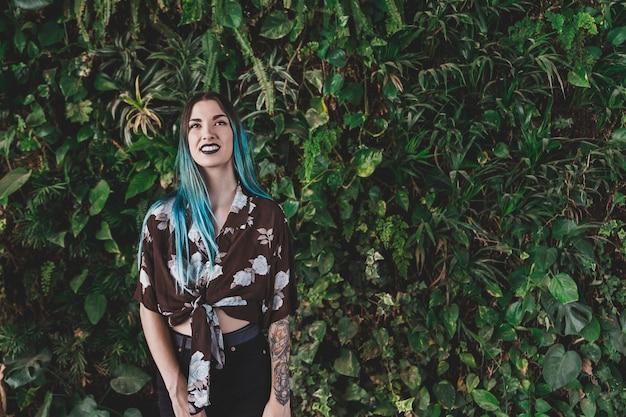 Souriante jeune femme debout devant l'usine Photo gratuit