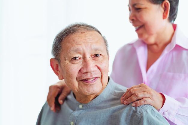 Souriants couples asiatiques se soutiennent mutuellement, mise au point sélective Photo Premium