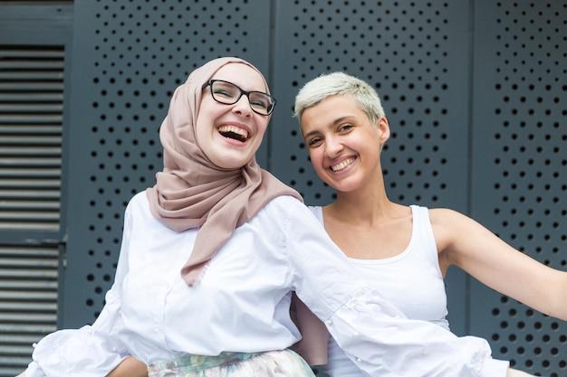 Sourire des amis s'amuser ensemble Photo gratuit