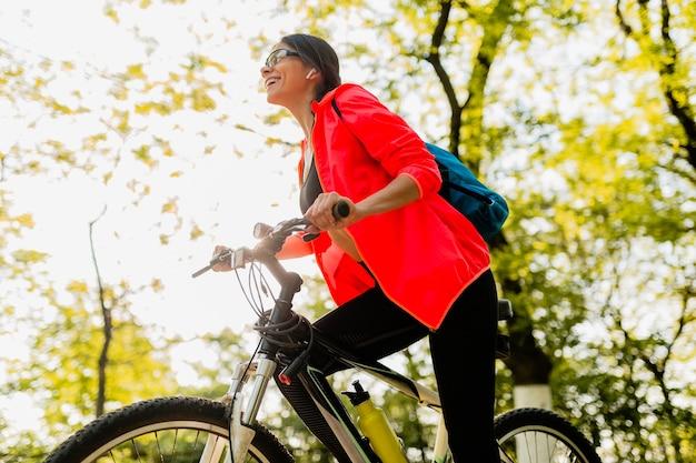 Sourire Belle Femme Eau Potable En Bouteille Faire Du Sport Le Matin Dans Le Parc Photo gratuit
