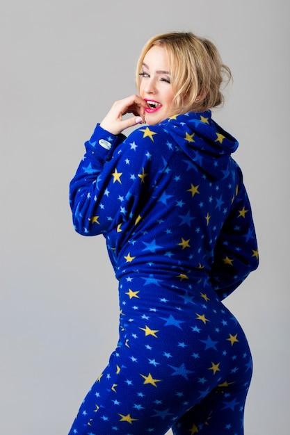 Sourire belle fille clignotant en pyjama drôle Photo gratuit