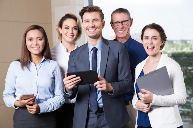 Sourire Business Team Permanent Dans La Salle De Conférence Photo gratuit
