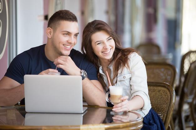 Sourire, couple, boire un café Photo gratuit