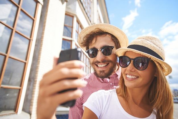 Sourire couple de prendre une selfie close-up Photo gratuit