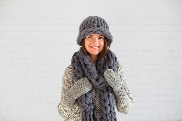 Sourire dame en mitaines, bonnet et écharpe Photo gratuit