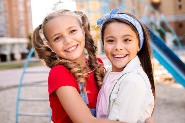 Sourire deux filles s'embrassant Photo gratuit