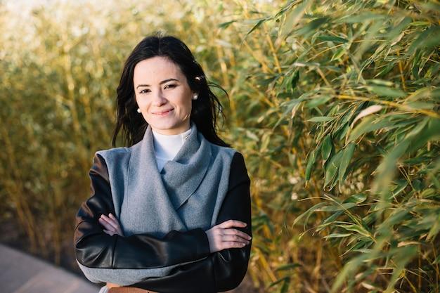 Sourire femme d'affaires avec les bras croisés Photo gratuit